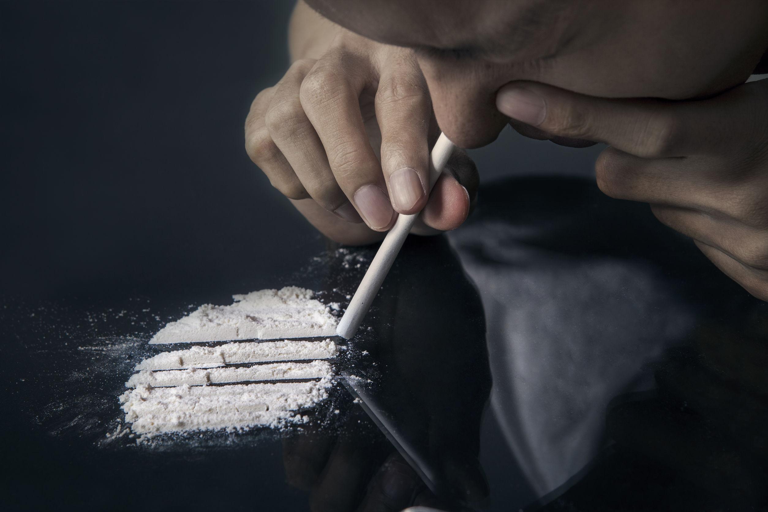 A man inhale cocaine